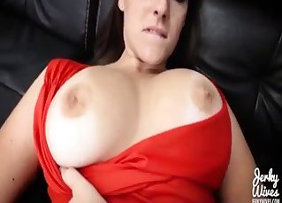Hot mom in red robe gives a nice head