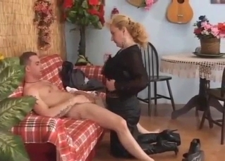 Mom gives a nice blowjob down on the knees